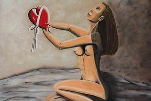 Nackte Frau verschenkt ihr Herz
